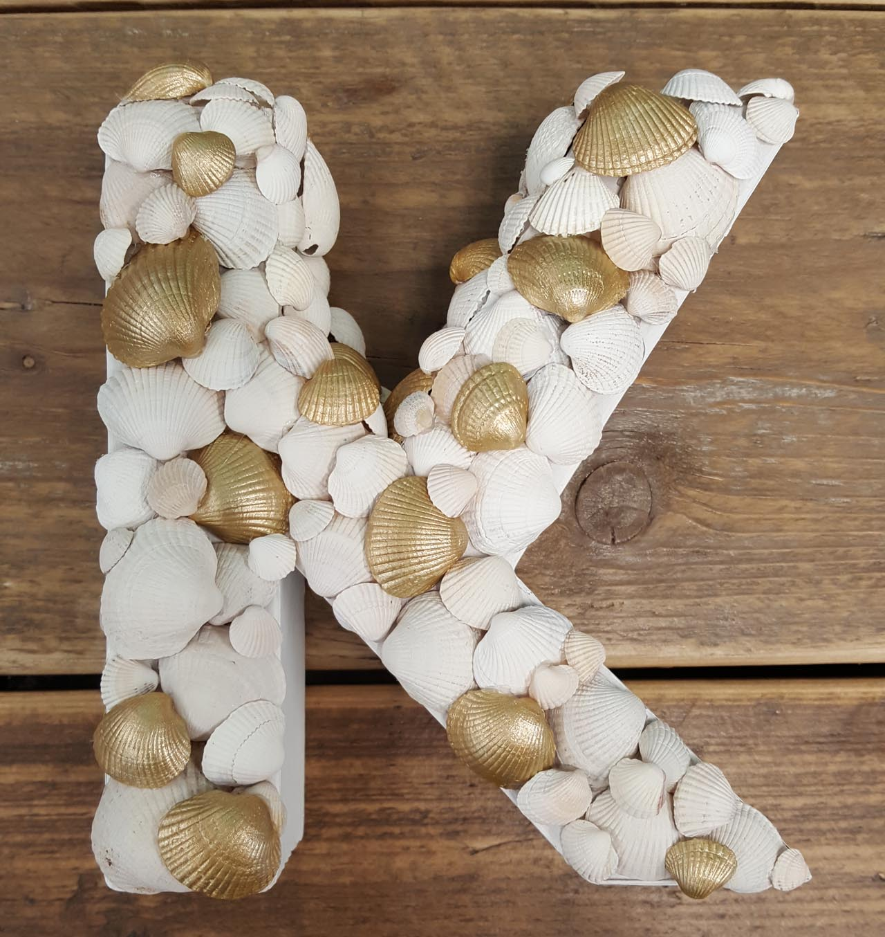 Pappbuchstabe mit Muscheln